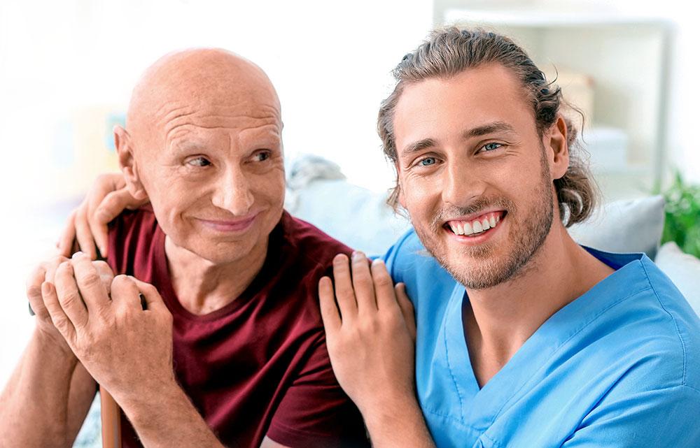 Männliche Pflegefachkraft betreut älteren Mann