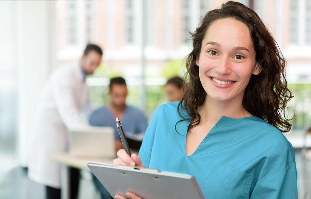 Junge weibliche Pflegefachkraft mit Stift in der Hand
