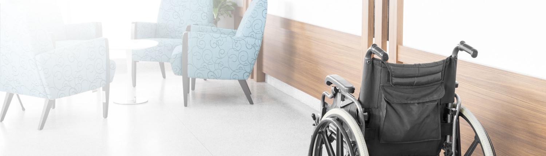 Leerer Rollstuhl im Flur einer Pflegeeinrichtung